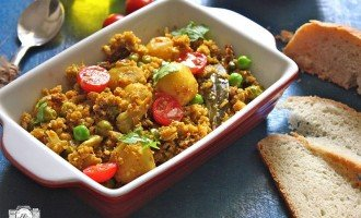 Gobi aur Soya Keema is grated cauliflower vegetarian dish cooked with soya granule, potato, and peas. Find how to make Gobi aur Soya Keema